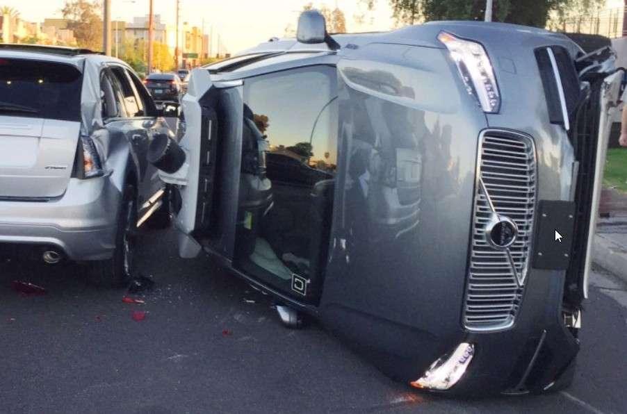 En mars 2017, une Volvo XC90 autonome d'Uber était impliquée dans un accident spectaculaire mais sans gravité. Cela se passait déjà dans la ville de Tempe, en Arizona (États-Unis). © Tempe Police Department