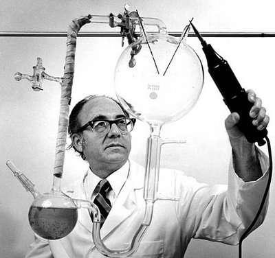 Stanley Miller, plus âgé, faisant une démonstration de sa célèbre expérience. © universe-review