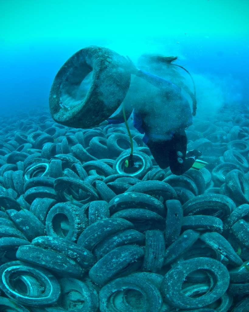 Un amoncellement de pneus volontairement immergés dans les années 1970 en Floride, dans le comté de Palm Beach, pour tenter de construire des récifs artificiels. Finalement, ils ont été emportés par les courants et se sont largement disséminés. © Steve Spring, Marine Photobank