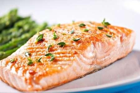 Consommer du poisson, dont des poissons gras, augmenterait les chances de survie chez les patients atteints d'un cancer du côlon. © istock.com/svariophoto