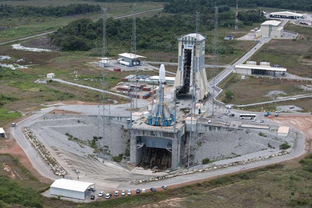 La zone de lancement photographiée lors des essais de chronologie de lancement, en avril-mai 2011. Au fond, on aperçoit le MIK (bâtiment d'intégration du lanceur) et la voie ferrée qui le relie au portique mobile. © Esa/S. Corvaja 2011