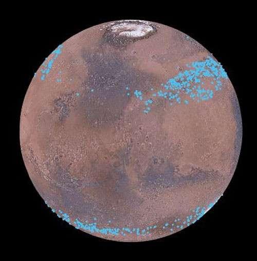 Pas la peine de se rendre jusqu'aux pôles pour trouver de la glace d'eau sur Mars. Des milliers de glaciers répartis aux latitudes moyennes stockent d'énormes volumes de glace d'eau. D'épaisses couches de poussière nous les cachent et les protègent aussi de l'évaporation. © Mars Digital Image Model, Nasa, Nanna Karlsson