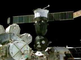 La capsule Soyouz d'Expedition 7 arrimée à l'ISS (crédit : Capture NASA TV)