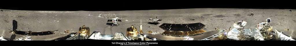 Panorama du site d'atterrissage de la mission Chang'e 3. Bien que le rover semble hors d'usage, le lander fonctionne toujours. © CNSA, Chinanews, Kremer, Di Lorenzo