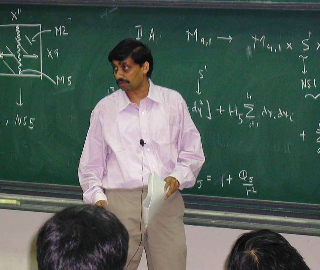 Spécialiste de la théorie des supercordes, le physicien théoricien Samir Mathur développe depuis une dizaine d'années une théorie originale sur la structure interne des trous noirs. Elle ne s'est pas encore imposée. Elle suggère que les trous noirs sont en réalité des sortes de pelotes de cordes quantiques. © National Taiwan University