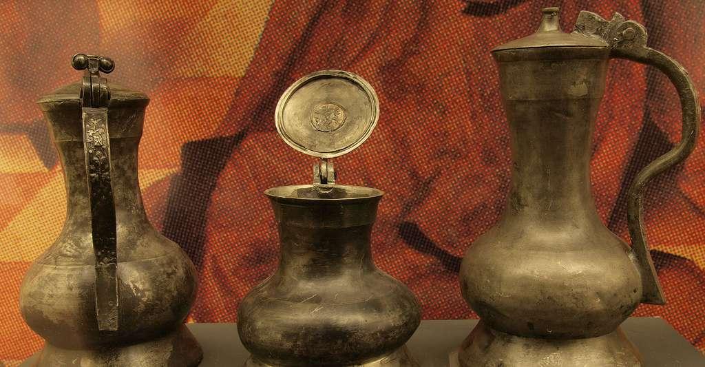 De la poterie en étain (pichets). © Bullenwächter, Wikimedia Commons, CC by-sa 3.0