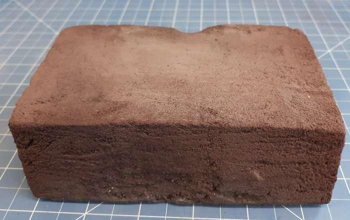 Un exemple de brique faites avec des analogues des roches lunaires ignées sur Terre. La brique mesure 14 x 8,5 x 5 cm, ce qui la rend un peu plus petite qu'une brique typique utilisée pour construire une maison. © ESA/Azimut Space