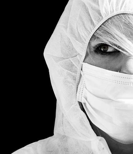Les scientifiques restent partagés sur le mode de transmission éventuel de NCoV. Si certains pensent que, comme tous les membres de son genre, le virus se retrouve dans des gouttelettes en suspension dans l'air, d'autres considèrent que le fait qu'il soit si peu contagieux implique qu'il pénètre dans les organismes par un autre moyen... Un masque suffit-il à nous en préserver ? © Yasser Alghofily, Flickr, cc by 2.0