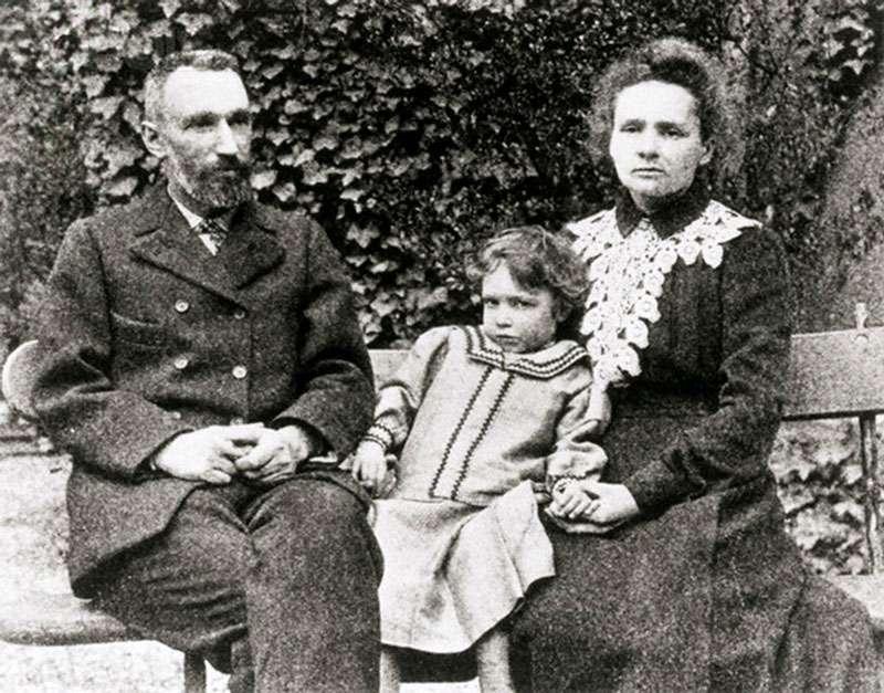 Pierre et Marie Curie avec leur fille Irène vers 1903. © Ève Curie : Madame Curie. S. 259, Wikimedia commons, DP