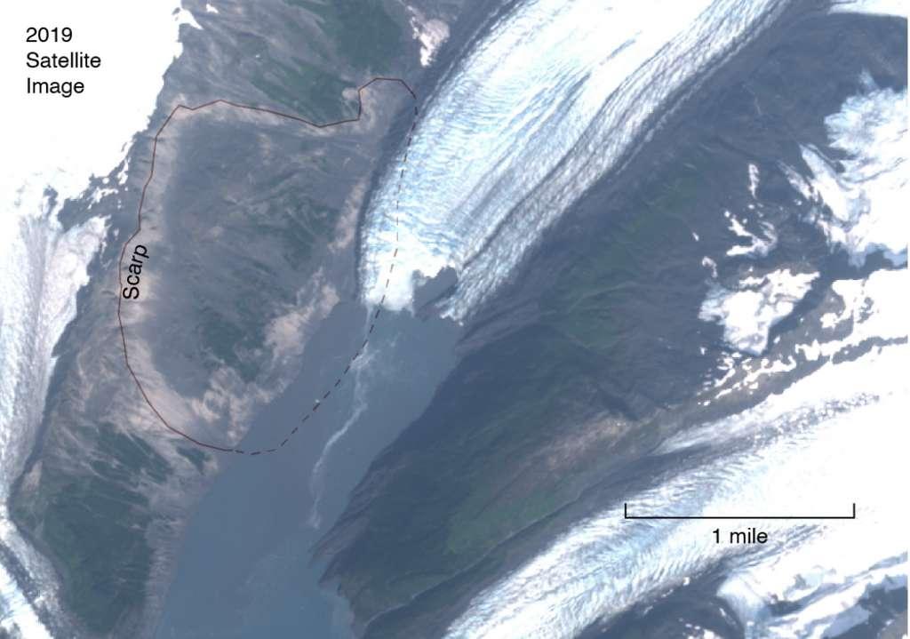 Vue satellite du fjord de Barry Arm. Toute la zone fissurée est indiquée par la ligne noire. © Nasa
