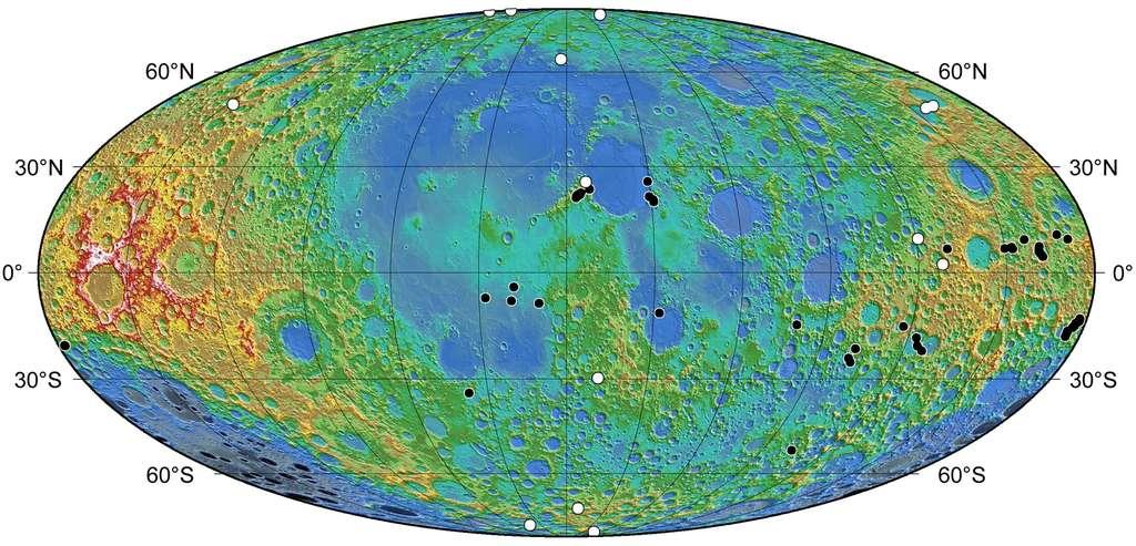 Cette carte illustre la répartition des escarpements lobés connus à ce jour. Les points noirs indiquent ceux connus depuis Apollo et les points blancs ceux nouvellement détectés dans les images de la caméra de Lunar Reconnaissance Orbiter. Crédit : NASA/Goddard/Arizona State University/Smithsonian