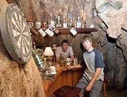 Bar installé dans un grand baobab en Afrique du Sud.