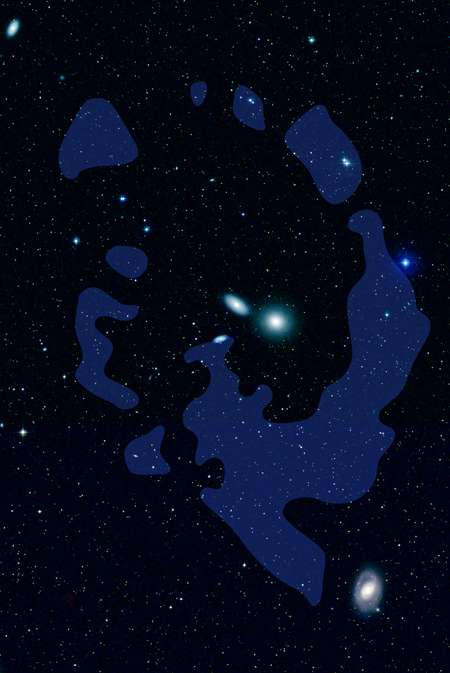 En bleu, les nuages d'hydrogène neutre de l'Anneau du Lion orbitant autour d'un groupe de galaxies dans la constellation du Lion, comme l'elliptique NGC 3384 (au centre de l'anneau), située à 35 millions d'années-lumière environ. Le diamètre de l'anneau est évalué à 200 kilo-parsecs. Crédit : Nasa/JPL-Caltech/DSS