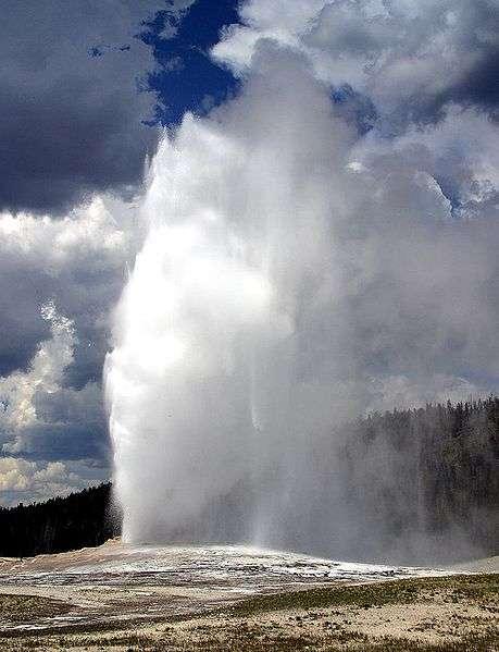 À sa sortie, le Old Faithful du parc national de Yellowstone se vaporise partiellement, un exemple de la vapeur d'eau présente dans l'atmosphère. © Jon Sullivan, DP
