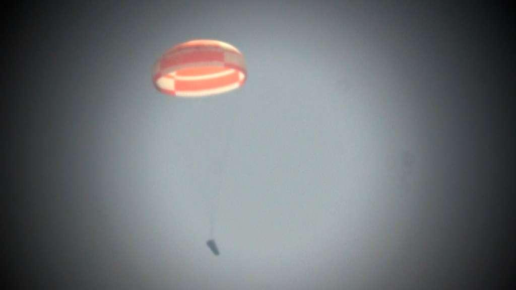 Quelques instants avant son amerrissage, l'IXV est sous parachute. Ce test a reproduit la phase finale de descente du démonstrateur, attendue lors de son vol en 2014. © Thales Alenia Space