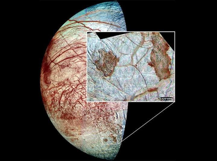 Les couleurs de la surface d'Europe ont été artificiellement augmentées sur ces images prises par la sonde Galileo. Elles montrent les terrains chaotiques rougeâtres de la lune glacée de Jupiter. © Nasa