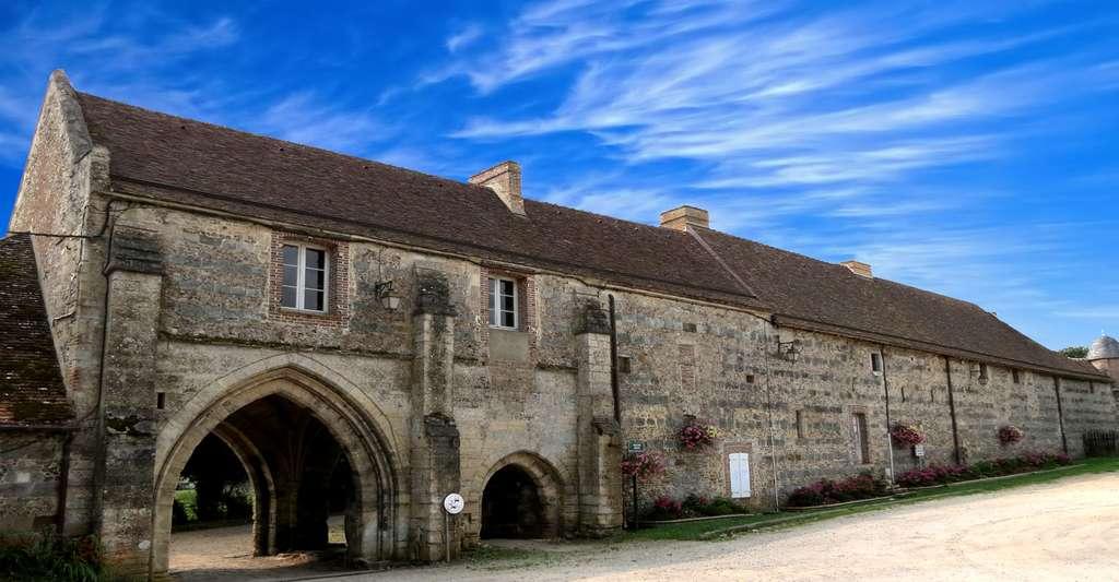 Pourquoi ne pas tenter le tourisme dans l'Orne ? Ici, la porterie de l'abbaye de Saint-Évroult. © Giogo, Wikimedia Commons, CC by-sa 4.0