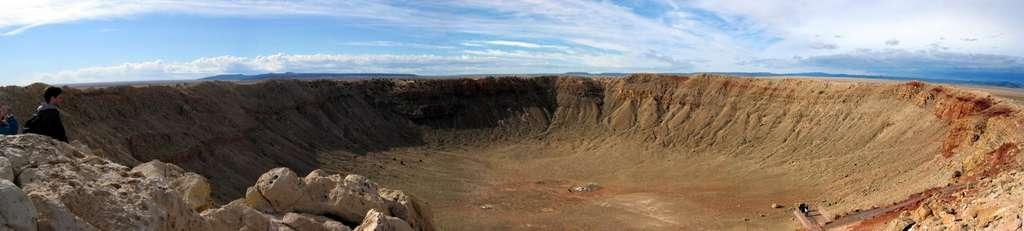 Une vue du fameux Meteor Crater. Le cratère mesure entre 1.200 et 1.400 m de diamètre et sa profondeur est de 190 m. Il se serait formé à la suite de l'impact d'une météorite d'une masse de 300.000 tonnes, composée de fer et de nickel. © American Geophysical Union, 2012