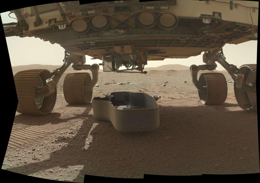 Le capot de protection d'Ingenuity a été retiré et déposé au sol, exposant le drone-hélicoptère à l'environnement martien. Sa première tentative de vol est prévue au plus tôt le 8 avril. © Nasa, JPL-Caltech, MSSS