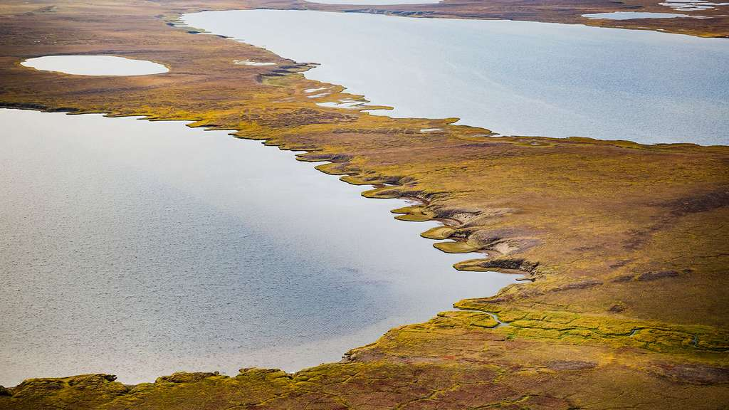 Sur cette image, un lac d'origine thermokarstique formé par le dégel du pergélisol en Alaska. Un dégel responsable, entre autres, d'émissions de méthane. © JPL-Caltech, Nasa