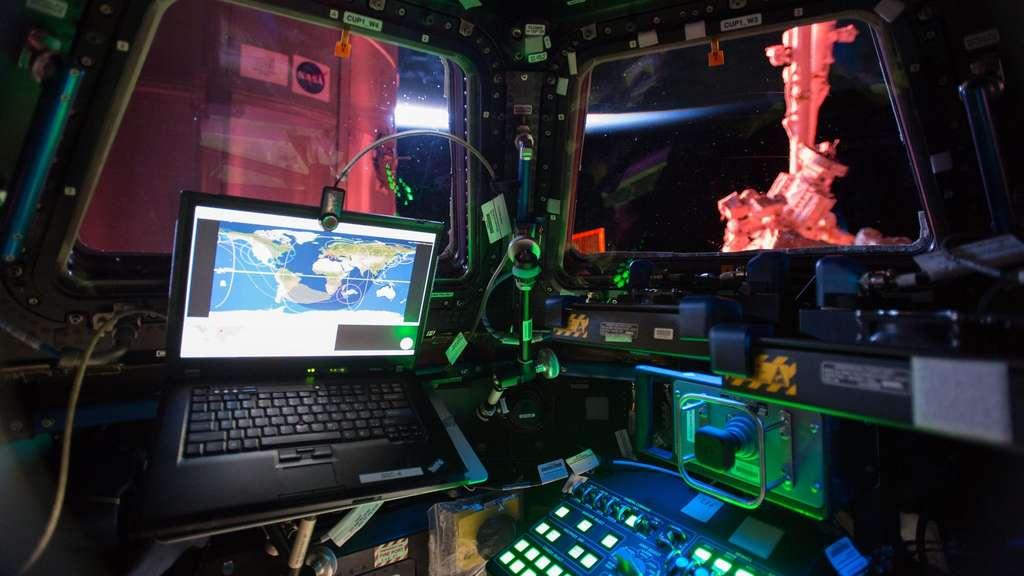 Une photo de l'intérieur de la coupole de l'ISS. © Nasa