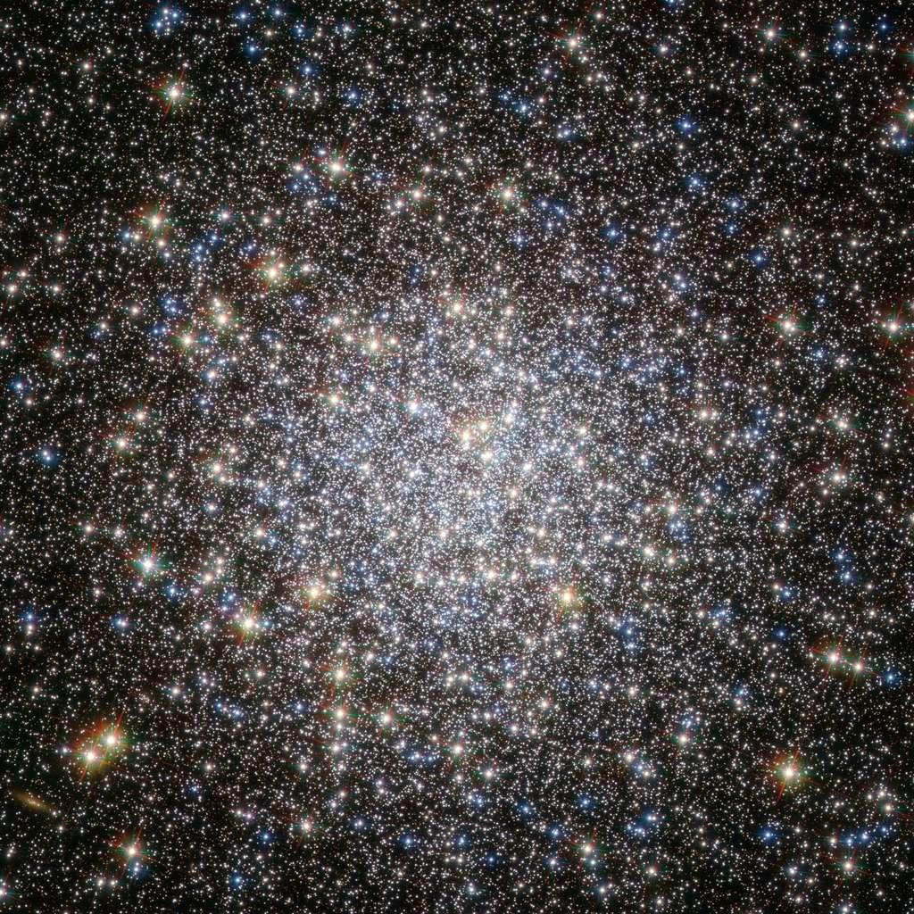 Ce sont en général les amas globulaires (ici Messier 5) qui abritent une population significative de traînardes bleues. © Nasa/Esa/Hubble