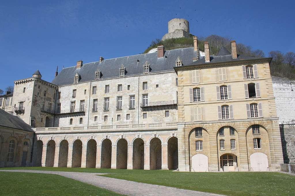 Le château de la Roche-Guyon présente la particularité d'être en partie troglodytique. Il a également servi de quartier général au général allemand Erwin Rommel lors de la seconde guerre mondiale.