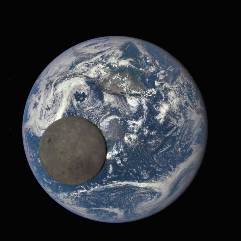Les images de cette série ont été prises avec 30 secondes d'intervalle et un artefact est visible sur la frange orientale du globe lunaire (à droite). Il prend la forme d'un arc verdâtre, apparu après la combinaison des clichés rouge, bleu et vert, pris séparément, de l'astre en mouvement. © Nasa, NOAA