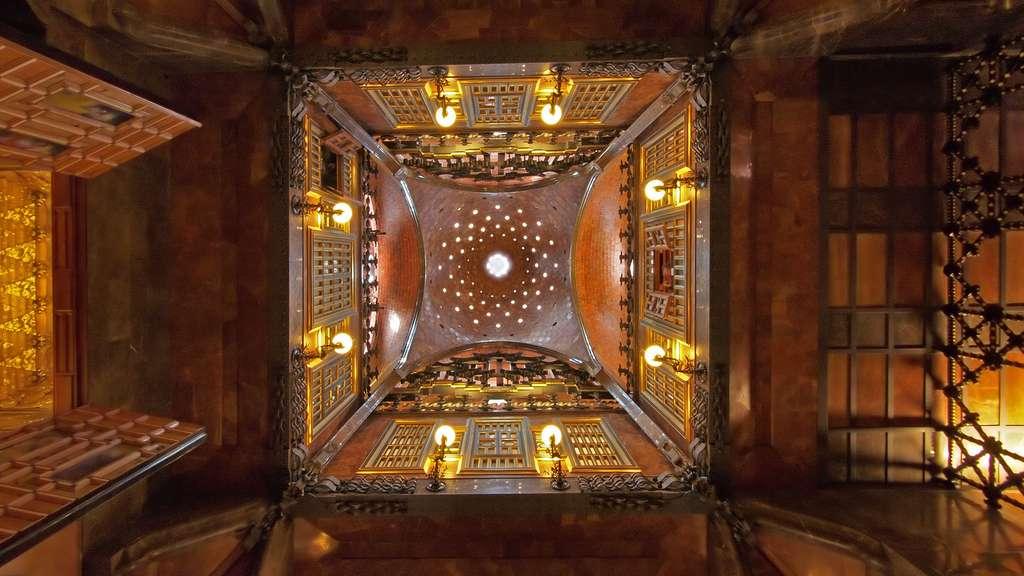 Le somptueux hall du Palais Güell