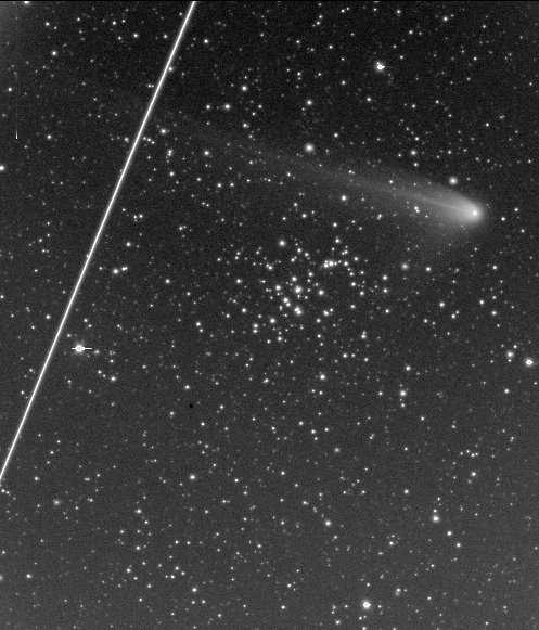 Comète C/2001 Q4 (NEAT), l'amas de la Crèche (M44) et ISS