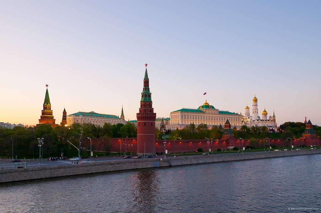 Au pied de la rivière Moskova, les remparts du Kremlin, avec le grand palais et ses cathédrales © Alexandergusev, Wikimedia Commons, by-sa 3.0