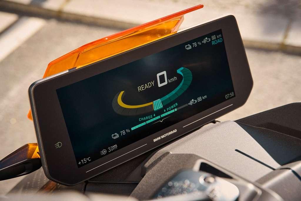 Le grand écran TFT couleur 10,2 pouces du BMW CE 04. © BMW
