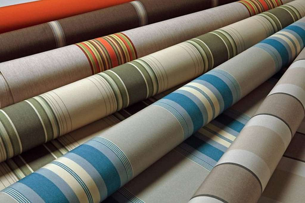 Les toiles de stores bannes existent dans un large choix de coloris unis et de motifs décoratifs. © Dickson Constant sur le site Store discount