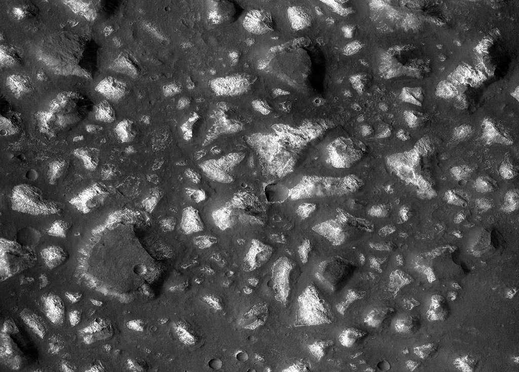 Le bassin d'Eridania dans l'hémisphère sud de Mars. Sur cette vue, large de 20 km, prise par la sonde MRO, l'instrument Crism distingue divers éléments interprétés comme les traces d'une ancienne activité hydrothermale, et partiellement recouverts de dépôts volcaniques. © Nasa, JPL-Caltech, MSSS