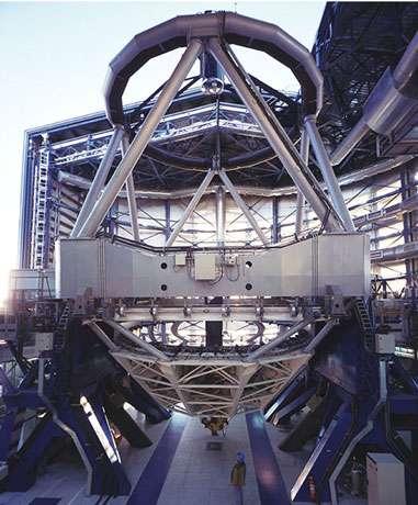 Figure 2. Vue d'un des télescopes de 8 mètres de diamètre du VLT (ESO, Chili). On distingue le miroir primaire monolithique dans sa cellule qui abrite les 150 actuateurs controlant la surface du miroir. La figure 3 montre la surface arrière du miroir. © ESO