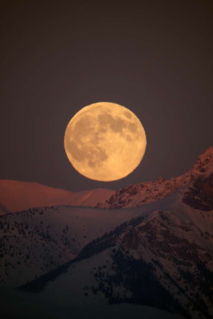 Lever de lune au soleil couchant
