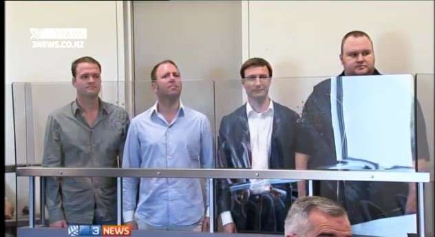 Les quatre membres de Megaupload lors de leur audition au tribunal d'Auckland en Nouvelle-Zélande. À droite, Kim Dotcom (aussi connu sous le nom de Kim Schmitz), fondateur du site. Les États-Unis réclament leur extradition. © 3News.co.nz