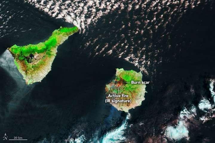 Sur cette image prise le 19 août, en noir, les zones de végétation carbonisée et en vert, celles de végétation non brûlée. En rouge, la zone sur laquelle le feu reste actif. Et en brun, un peu à l'écart, les zones peu couvertes par la végétation. © Earth Observatory, Nasa