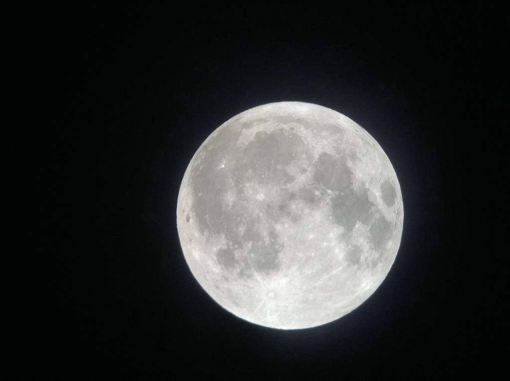 Pleine Lune, un téléscope et un Iphone
