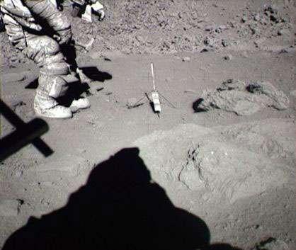 La combinaison de l'astronaute Eugene Cernan envahie de poussière lors de son séjour de 75 heures sur la Lune au cours de la mission Apollo 17. Après le vide, la poussière est le plus grand danger qu'encourent les astronautes séjournant sur la Lune. Crédits : NASA/Apollo 17/NSSDC