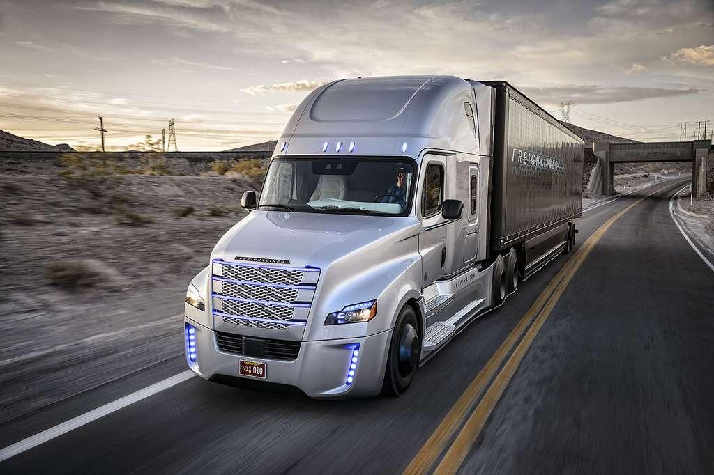 Le camion semi-autonome Freightliner est le premier du genre à circuler sur route ouverte aux États-Unis © Daimler