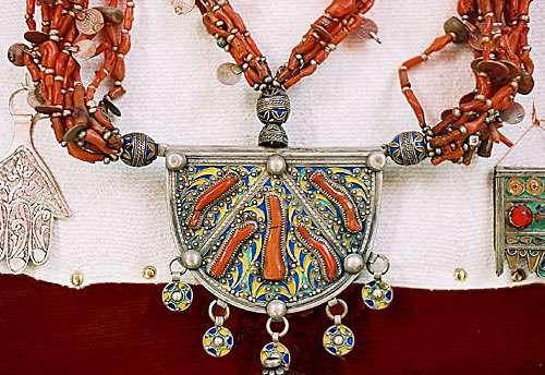 Figure 16a : bijou berbère de l'Atlas marocain avec du corail rouge. © J.-G. Harmelin, tous droits réservés, reproduction et utilisation interdites