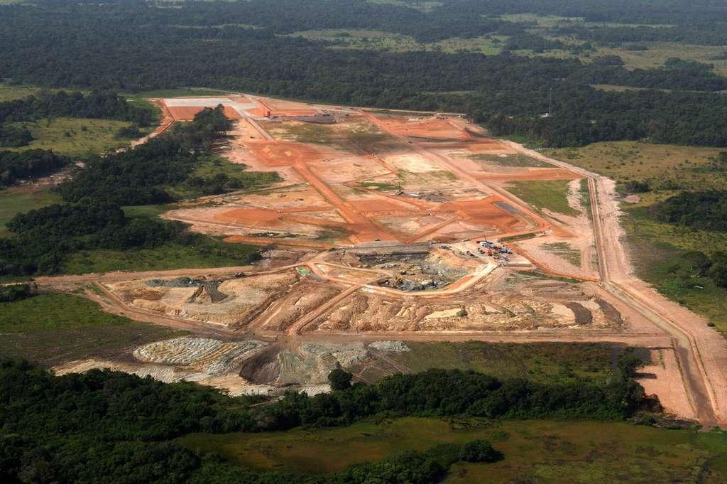 Travaux de terrassement et percement du carneau du site Soyouz (2006). © Esa/Cnes/Arianespace/Photo Optique vidéo du CSG