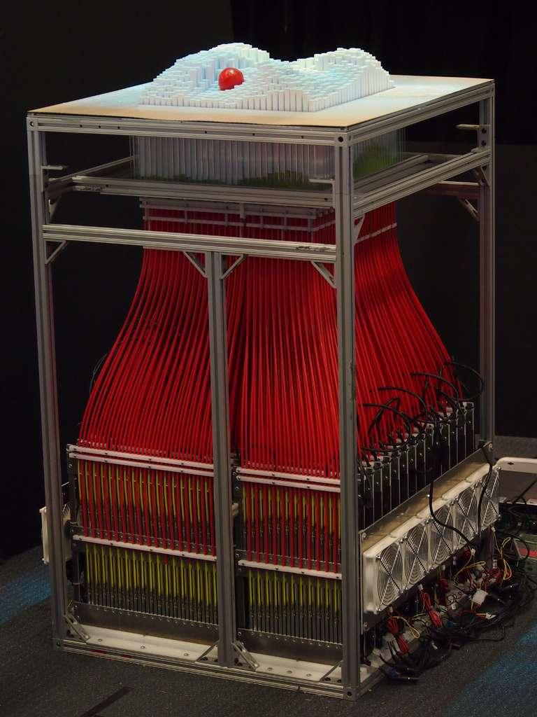 La table interactive InForm se compose d'un maillage de 900 bâtonnets de polystyrène disposés à la verticale. Chacun d'eux est relié à une tringle actionnée par un servomoteur. Les bâtonnets réagissent quasiment en temps réel aux informations qu'ils reçoivent du capteur Kinect placé au-dessus de l'utilisateur. © Tangible Media Group, MIT, cc by nc nd 2.0