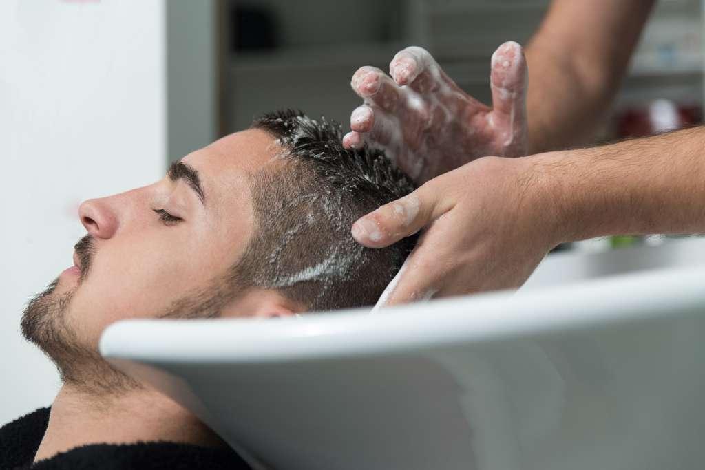 Les shampoings antichute et les massages n'ont aucune efficacité prouvée. © Jale Ibrak, Fotolia