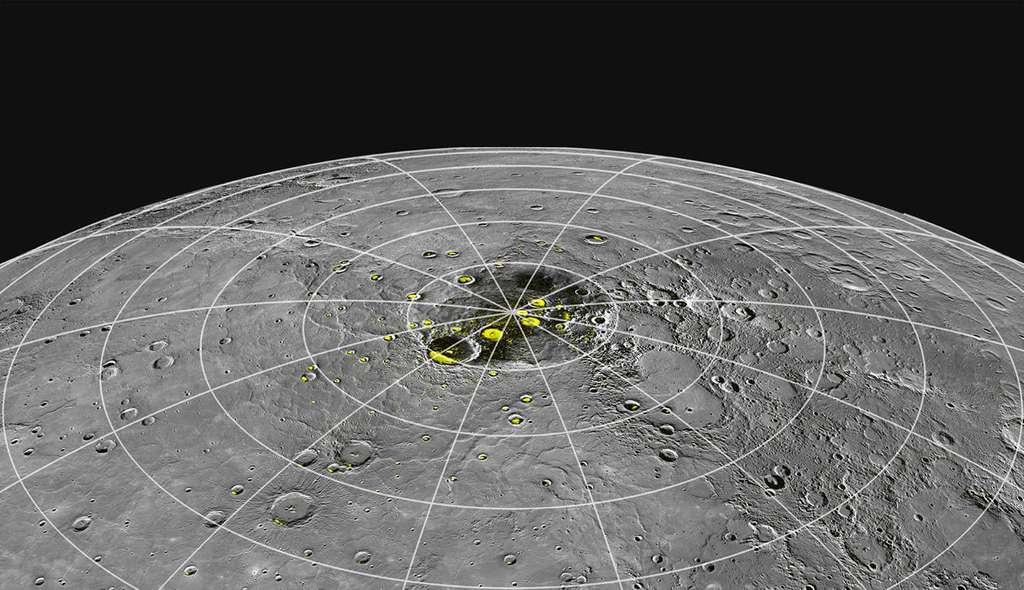 Sur cette photo du pôle nord de Mercure sont indiquées en jaune les zones où le radiotélescope d'Arecibo avait détecté des signatures de la présence de glace, confirmée par la sonde Messenger. © Nasa, Johns Hopkins University Applied Physics Laboratory, Carnegie Institution of Washington