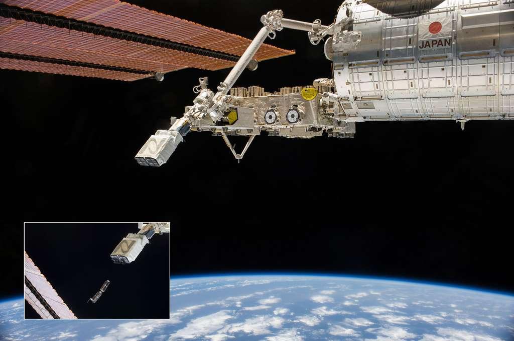 Le système de lancement de petits satellites de l'ISS qui s'utilise accroché au bras robotique de la station. À gauche, lancement de deux satellites. © Nasa