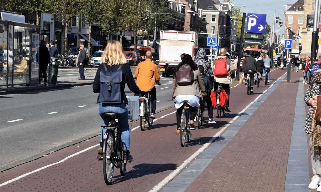 L'usage du vélo et de la trottinette se développe dans les grandes villes. © rachid amrous, Adobe Stock
