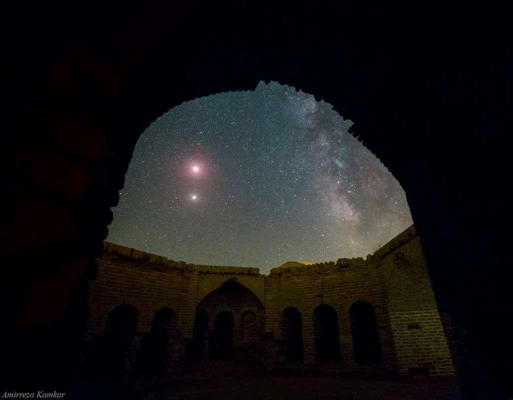 Mars et l'éclipse de Lune dans le ciel d'Iran. © Amirreza Kamkar, Spaceweather