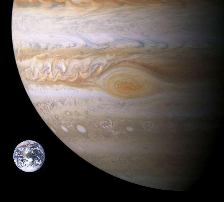 Une comparaison entre la Terre et la Grande Tache Rouge de Jupiter. C'est un anticyclone très stable existant depuis au moins 300 ans dans l'atmosphère de la géante gazeuse. © Nasa